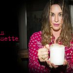 """Alanis Morissette:  la trasformazione di una ragazza """"arrabbiata"""", a venticinque anni dall'uscita di """"Jagged Little Pill""""."""